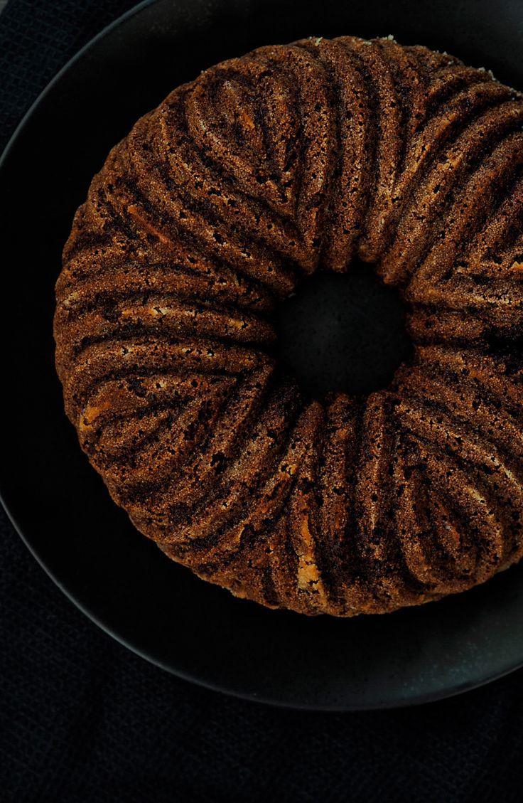 Tämä kakku syntyi melkeinpä kuin vahingossa, kun eräänä päivänä tuli mieleeni alkaa testailemaan erilaisia jauhoja ja sokereita kuivakakun leivonnassa. Niin kuin yleensäkin, kaapista löytyi tietyt ainekset joista sitten sekoittelin sopivassa suhteessa kakkutaikinan. Taikina itsessään oli jo todella hyvä, sillä pitihän sitäkin tietenkin maistaa. Todella suklainen ja mantelin aromeja poimivasta kakkutaikinasta kehkeytyikin aikamoinen kakku, parempi kuivakakku […]