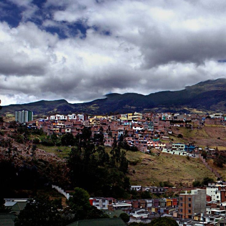 Se extiende imponente el #VolcánGaleras en el horizonte de #SanJuanDePasto.  The #GalerasVolcano extends in the #SanJuanDePasto horizon.  #Paisaje #Landscape #picoftheday #photooftheday #instagood #instalike #love #like4like #BestoftheDay #Canon #Canonistas #City #Ciudad #Nariño #Pasto #Colombia #Panorámica #Panorama #Urbano #Urban