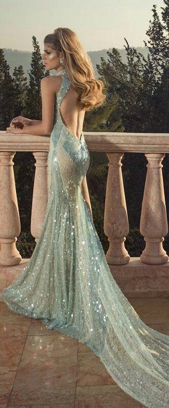 薄いブルーと長いトレーンでキラキラした生地が特徴♡マーメイドのカラードレスは花嫁衣装にぴったり♡マーメイドドレスまとめ一覧♡
