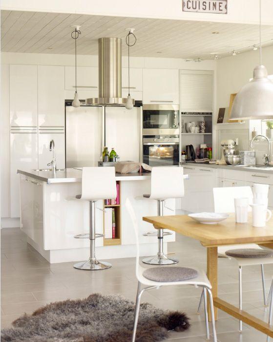 Küchentrends: Familienleben an einer modernen Kücheninsel, u. a. mit BERTIL Stuhlkissen in Grau