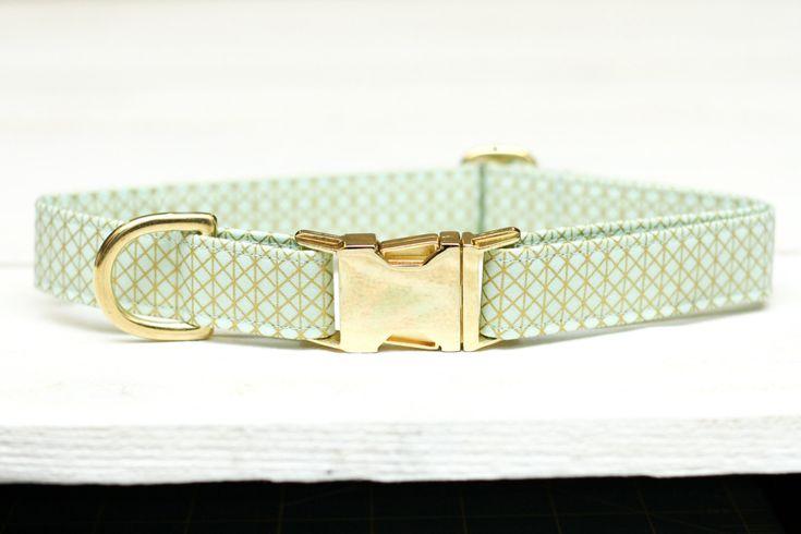 Diese Farbe Mint und gold print Stoff macht eine schöne handgemachte Hundehalsband für Ihren Lieblings-Hündchen! Wissen eine Rettung Mutter liebt ihr Furbabies? Dies ist eine perfekte Geschenkidee! Dieser Kragen passt einen breiten Größenbereich, klein bis groß, schauen Sie die Bestellungen unten stehenden Anweisungen. Ihre wunderschöne Mädchen werden es Ihnen danken! (Nämlich, die dies gesagt-viele jungen gezogen haben Halsband aus berühmt! Lassen Sie sich nicht die Glam scheuen Sie…