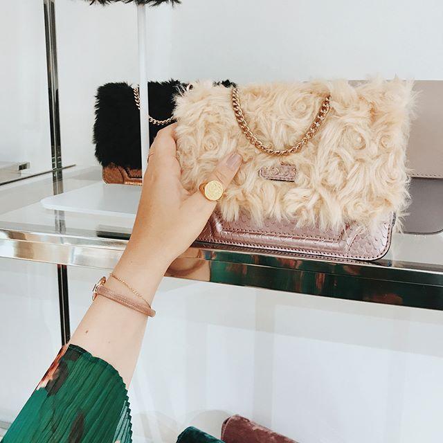 Zobaczcie nasze zdjęcia z fabryki Tous pod Barceloną - przesuńcie palcem w prawo by obejrzeć cały album. Znajdziecie tam minitorebki z nowej wiosennej kolekcji @tousjewelry @touspolska i Rosę Oriol ze zwyciężczynią naszego konkursu Kasią #ellextous #ellepolskaxtous #ellepl #bags #new #collection #spain #fashion #jewellery via ELLE POLAND MAGAZINE OFFICIAL INSTAGRAM - Fashion Campaigns  Haute Couture  Advertising  Editorial Photography  Magazine Cover Designs  Supermodels  Runway Models