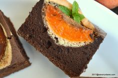 Prajitura cu caise cu cacao. O prajitura simpla cu caise cu un blat pufos si aromat de cacao (pandispan cu putin ulei). O prajitura care se poate face si cu