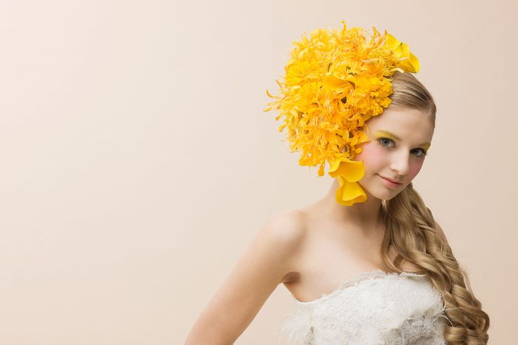 2004年より京都を拠点に 人と花を結ぶ花結い師としてアーティスト活動を始める。 生花で独創的なヘッドドレスを制作し話題を呼ぶ。 KML/Frame Magazine./多数海外雑誌掲載。Daily Telegraph newspape などにも掲載され注目を浴び、話題を呼んでいる。Weddingでは、YUMI KATSURA GRAND COLLECTION など担当する。自ら演出を手掛けるパフォーマンス「花衣華」も好評である。