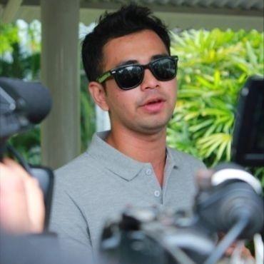 Raffi Ahmad akhirnya bisa menghirup udara bebas, setelah tiga bulan menjalani rehabilitasi penggunaan narkoba di Lido, Bogor, Jawa Barat.     Berita selengkapnya di Info Artis Ghiboo.com: http://entertainment.ghiboo.com/kebebasan-dan-status-baru-raffi-ahmad