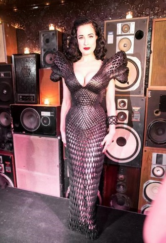 Michael Schmidt tarafından tasarlanan siyah transparan 3 boyutlu elbise dünyada bir ilk