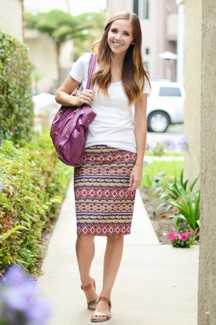 8 Mom Outfits: Day To Night. Skirt and Tee – DAY Stretchy pencil skirts and tees are one of my favorite combinations. Easy to wear, and so pretty.