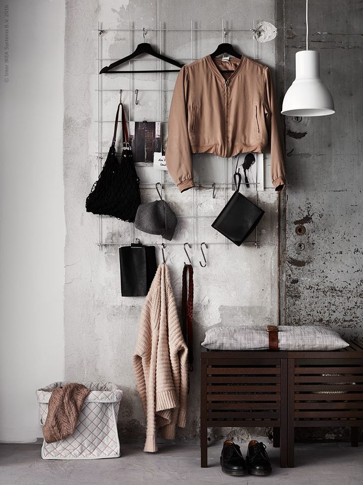 Maak je slaapkamer persoonlijker door je kleding een podium te geven. Hang betongaas op en geef je lievelingsjas en favoriete accessoires een plek aan de muur. Gebruik een mix van hangers en GRUNDTAL haken om dit speels op te hangen. | STUDIObyIKEA IKEA IKEAnl IKEAnederland inspiratie wooninspiratie opruimen opbergen klein kamer tip oplossing