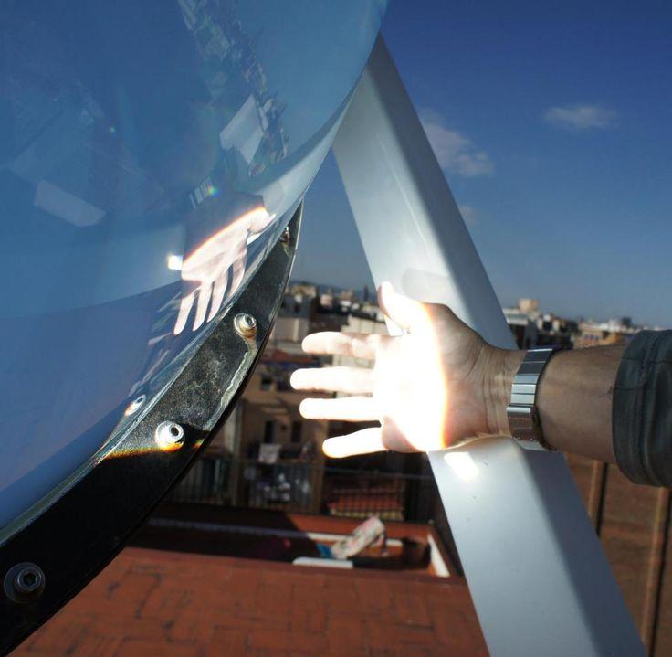 Im Brennpunkt der Kugel verwandeln Photovoltaik-Zellen und wärmebetriebene Mini-Generatoren die Strahlen dann in Strom.
