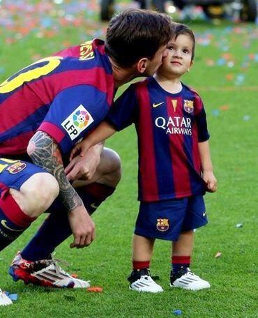 Imagine prin We Heart It #adorable #argentina #catalan #celebrate #child #cute #daddy #family #happy #kiss #leomessi #love #perfect #precious #Thiago #unique #fcbarcelona #lionelmessi #champions #campnou #fcb #laliga #antonellaroccuzzo #campeones #blaugrana