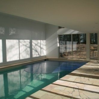 Binnenzwembad met hoge vide en marmeren tegels - Zwembadplein