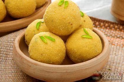 RECEITA DE BOLINHO DE BATATA Ingredientes 1/2 kg de batatas cozidas e passadas no espremedor  1 ovo  2 colheres (sopa) de amido de milho  1/...
