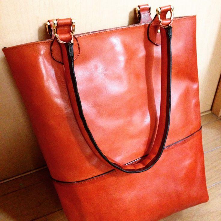 内袋まで本革で仕立てたトートバッグです。素材は使えば使うほど味の出るベジタブルタンニンなめしのレザー。  #革 #レザー #トートバッグ #ハンドメイド  http://tagtag.work/gallery.html?select_item=bag&utm_source=pinterest&utm_medium=post