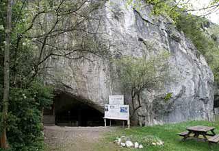 Entrée de la Grotte de la Vache,  Meyrals - Ariège - Pyrénées  Les magdaléniens il y a 13 000 ans