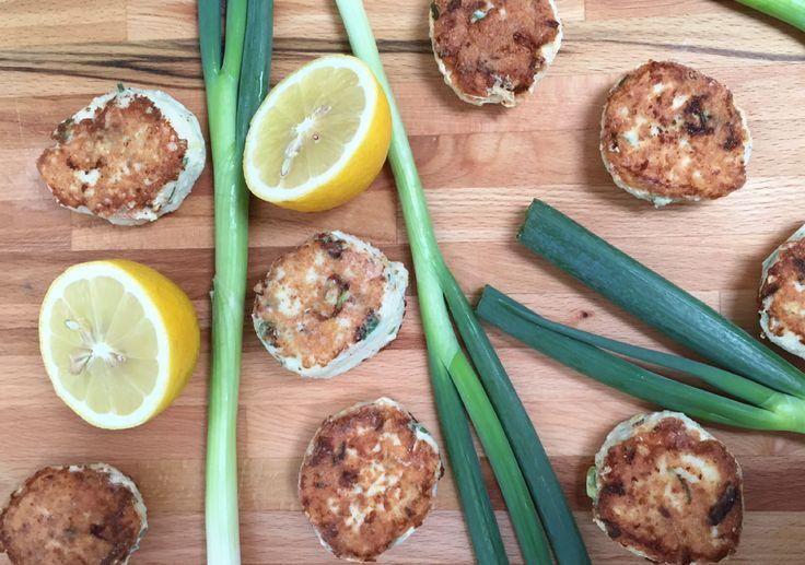 Til 2 personer 300 g torsk (uden skind og ben) 2 stk. forårsløg 1 æg Saft og skal af 1 økologisk citron 1-2 spsk. fiberHUSK (kan udelades) 2 spsk. mælk Salt og peber