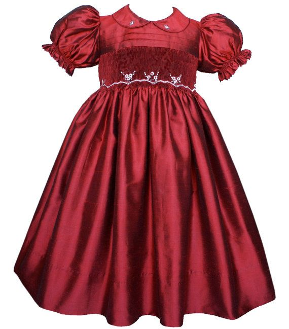 Vestido de seda morado para niñas bordado a mano, con cuello y moño en seda removible en color rojo ruby.