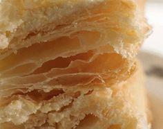 Быстрое слоёное тесто за 15 минут ! Мука пшеничная высшего сорта — 3 стакана, масло сливочное — около 50 г., или растительное — 1/4 стакана, либо растительный маргарин. Вода — примерно 1 стакан, разрыхлитель теста или погашенная лимонным соком пищевая сода — 1 чайная ложка, соль или сахар — в зависимости от назначения теста.