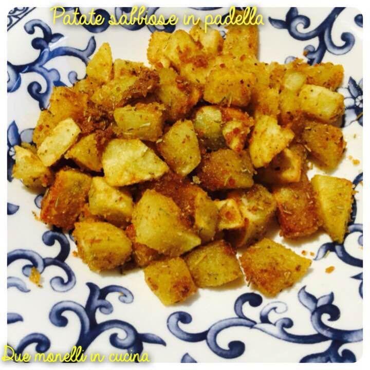 Le patate sabbiose in padella sono un contorno semplice e molto buono, la presenza del pangrattato rende le patate ancora più croccanti.