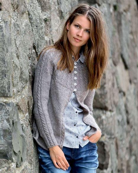 Smuk trøje med snoninger og feminint bærestykke.