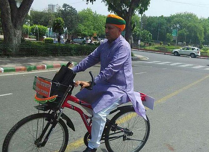 केंद्रीय मंत्रिमंडल में मंगलवार को शामिल किए गए मंत्रियों में अर्जुन राम मेघवाल और पी.पी. चौधरी का संसद में सबसे ज्यादा 98 प्रतिशत उपस्थिति का रिकॉर्ड है। वहीं पुरुषोत्तम रुपाला ने अधिकतम 550 सवाल …