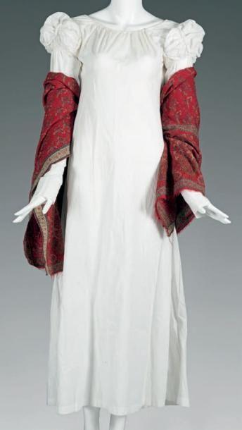 Robe de jour «Regency» vers 1815-1820. Popeline de coton blanc, taille haute, dos étroit, encolure resserrée par un lien, manches mitaines à petit mancheron ballon ornés d'agrafes rembourrées, plissée… - Maigret (Thierry de) - 01/03/2017