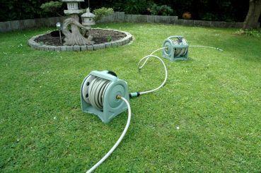 mehrere Schlauchrollen einfach koppeln und leicht tragen  http://www.gartendeko-direkt.de/Gartenschlauch---Wasserschlauch/Automatische-Schlauchtrommeln/Prowake-Tragbare-Schlauchtrommel-10-m.html