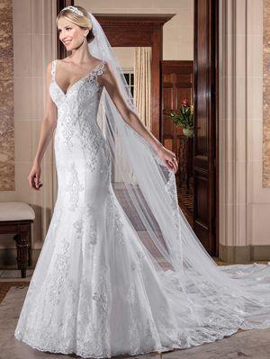 Vestido de noiva sereia, decote 'V', tela paetizada sobreposta por tule com barrado e aplicações de renda soutache bordadas com pedraria diversas, transparência nude com acabamento em vidrilhos e cristais. Botões de cristal.