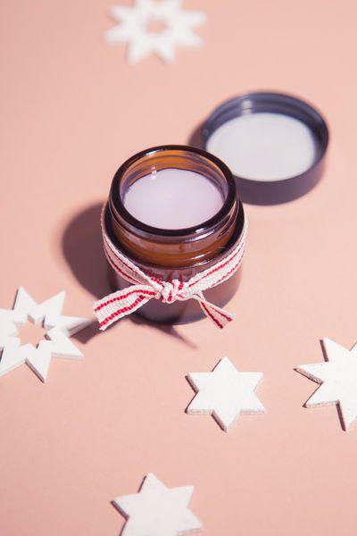 Lippenbalsam mit Honig:  1 EL Kokosöl 1 halbe Hand voll Bienenwachs 1 EL Honig Etwas Lippenstift Dose