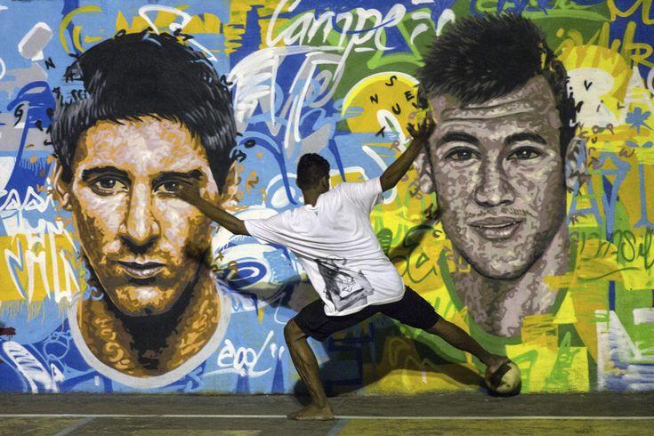 Un tânăr joacă fotbal în faţa unei picturi murale care îi reprezintă pe jucătorul de fotbal argentinian Lionel Messi (S) şi jucătorul brazilian Neymar da Silva Santos Junior, în suburbia Tavares Bastos (favela) oraşului Rio de Janeiro, Brazilia, duminică, 8 iunie 2014. (  Yasuyoshi Chiba / AFP  ) - See more at: http://zoom.mediafax.ro/sport/regele-fotbal-12745695#sthash.Inxwqwwg.dpuf