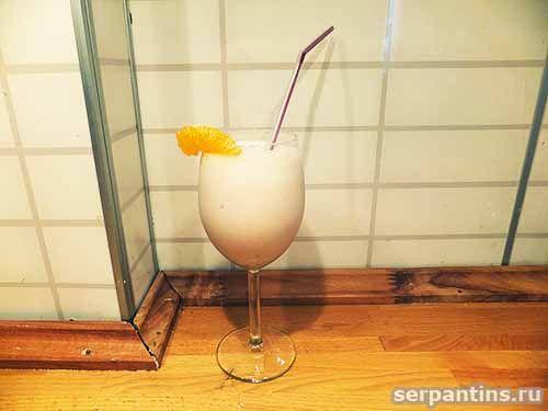 Бананово-клубничный сливочный молочный коктейль