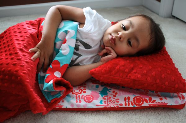 Nap Mat Tutorial - Sew Like My Mom ~ REALLY LIKE THE FABRIC AND MINKY FABRIC SHE USED HERE.  :)