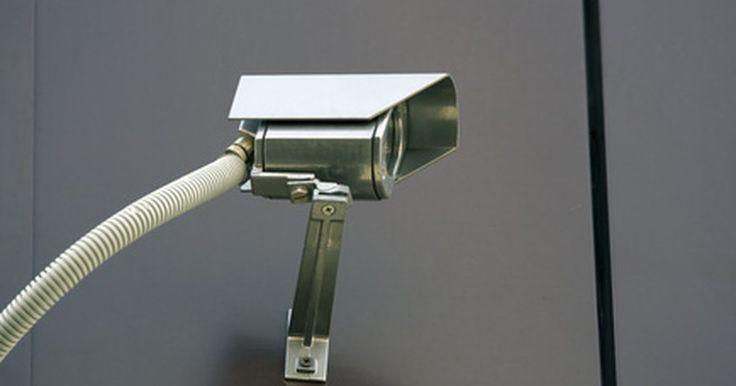 Ayuda para comprar un sistema de seguridad DVR . Una DVR (grabadora de video digital, por sus siglas en inglés) de seguridad utiliza uno o más discos duros para almacenar videos de seguridad. Las DVR de seguridad, conocidas como SDVR, son diferentes a las DVR normales debido a que son capaces de grabar múltiples señales de video provenientes de cámaras de seguridad de forma simultánea. Estos ...