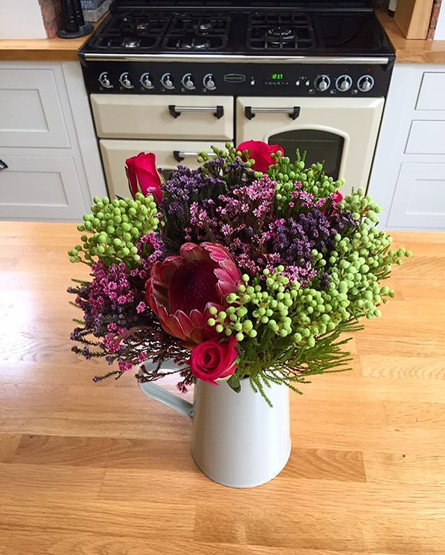 I usually buy my flowers from Aldi but I saw these in Sainsbury's last week and instantly fell in love with them! Thankfully they have lasted really really well (they weren't cheap, don't tell the husband 🤐😉)! Have a great week everyone 😘😘 #instaflower #instaflowers #instahome #flowers #sainsburys #kitchen #monday #greenbankinteriors #schoolrun #newweek