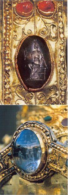 Détails de la Majesté de Sainte-Foy. Camée antique représentant un personnage mythologique et intaille en cristal de roche gravé d'une crucifixion (un des cabochons du dos du trône).