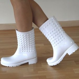 I just discovered this while shopping on Poshmark: 🚨Last Pair🚨 Price Firm🚨 White Rain Boots Rubber. Check it out! Price: $27 Size: 7