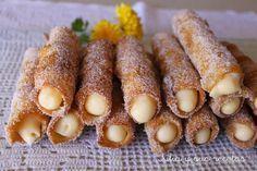 El origen de este dulce es árabe. Básicamente consiste en unas tiras de masa que se van enrollando en una caña del río o mold...