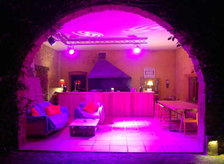 La versatilidad del espacio hace que pueda hasta ser una discoteca para aprovechar el verano al máximo, viviendo y disfrutando al aire libre, de día y de noche.