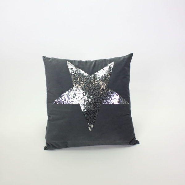 Kissen mit Pailletten Dunkelgraues Kissen mit silbernen Pailletten in den Maßen 45 x 45cm. Das Kissen sind laut Hersteller bei 30° waschbar. (Auf eigene Gefahr :-)).  Die Kissen sind inklusive Füllung.