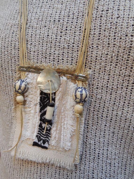 Collier sautoir pendentif talisman, textile recyclé