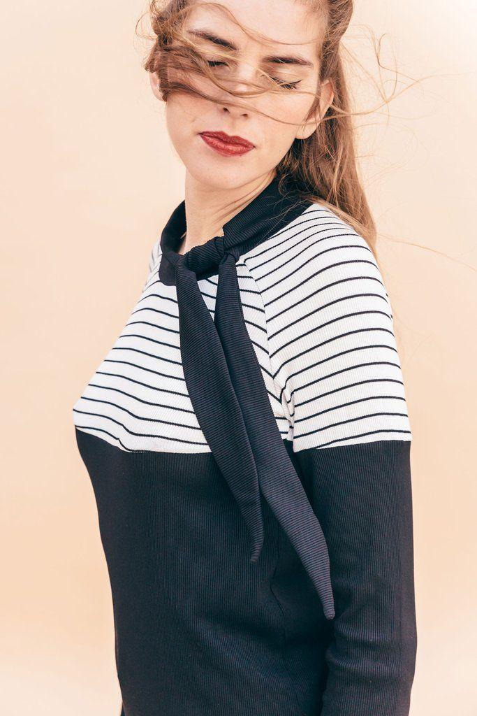 Camiseta de punto canalé con manga raglan con lazada en el cuello.Escote de rayas.Nuestra modelo lleva la talla S y mide 1,76cmComposición: 100% algodón