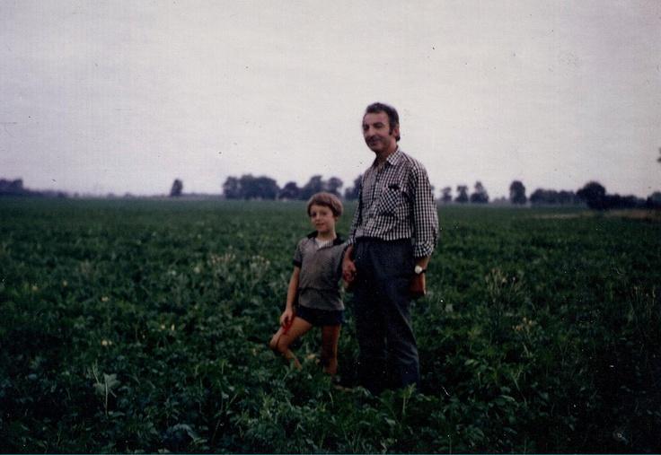 André Hennuyer et son fils en 1968, dans un champ de Ratte du Touquet, variété qu'il a régénérée aux environs du Touquet-Paris-Plage.