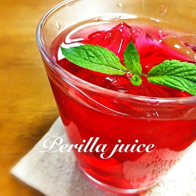 この時期にしか出回らない赤紫蘇で 真っ赤なジュース ワインではありませんよ〜(笑) 赤しそジュースは、 疲れ目や視力の向上 アレルギー予防効果 美肌、整腸、疲労回復、食欲増進 などなどいろんな効能があるみたい❗️ 美味しく夏を過ごしましょ - 195件のもぐもぐ - シソジュース by Yuring