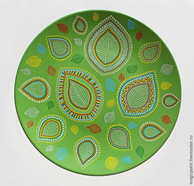 Декоративные тарелки всегда являлись особым видом украшения интерьера. В странах Востока расписные тарелки и блюда традиционно украшали домашние интерьеры богатыми узорами и яркими цветами. Сегодня эти традиции не ушли в прошлое. Красивыми декоративными тарелками можно украсить не только стол, стеллаж или кухонный буфет, но и стены! В первую очередь, это интересная и оригинальная альтернатива…