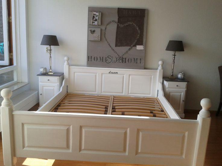 zelf gerestyled, bed en 2 nachtkastjes gevonden bij het grofvuil en geschilderd in krijtwit met een old grey bovenblad op de nachtkastjes. Was oud grenen.