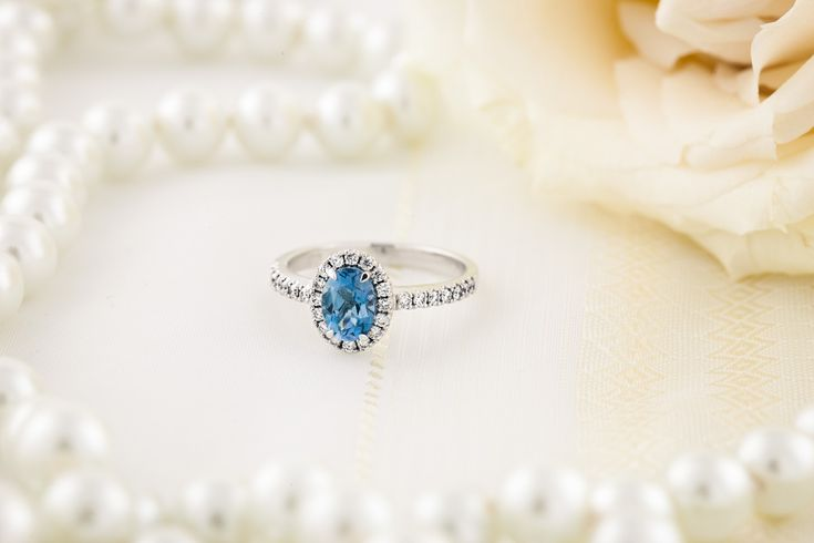 Inel Acvamarin si Diamante Dama Aur Alb 18kt cu un Acvamarin Oval si Diamante Rotunde Model.#: RDAQ627W