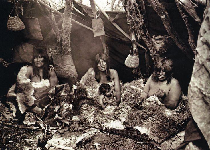 Mujeres Selknam, Fotografía de Alberto de Agostini, 1923.