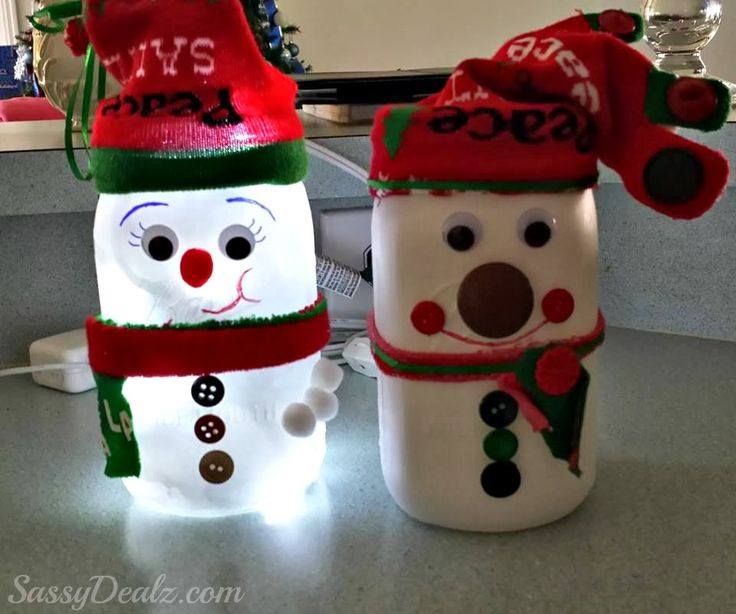 DIY Lighted Snowman Mason Jar ~ great winter or Christmas craft to make with your kids!!! Free tutorial.