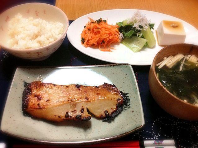 朝やっていた春人参のサラダを作りました。青梗菜はしらすの塩分だけで結構美味しい。 - 5件のもぐもぐ - 金目鯛の西京漬焼き、若芽とえのきのお味噌汁、春人参のサラダ、青梗菜のしらす和え、ゴマ豆腐、発芽玄米ご飯 by marikomushi