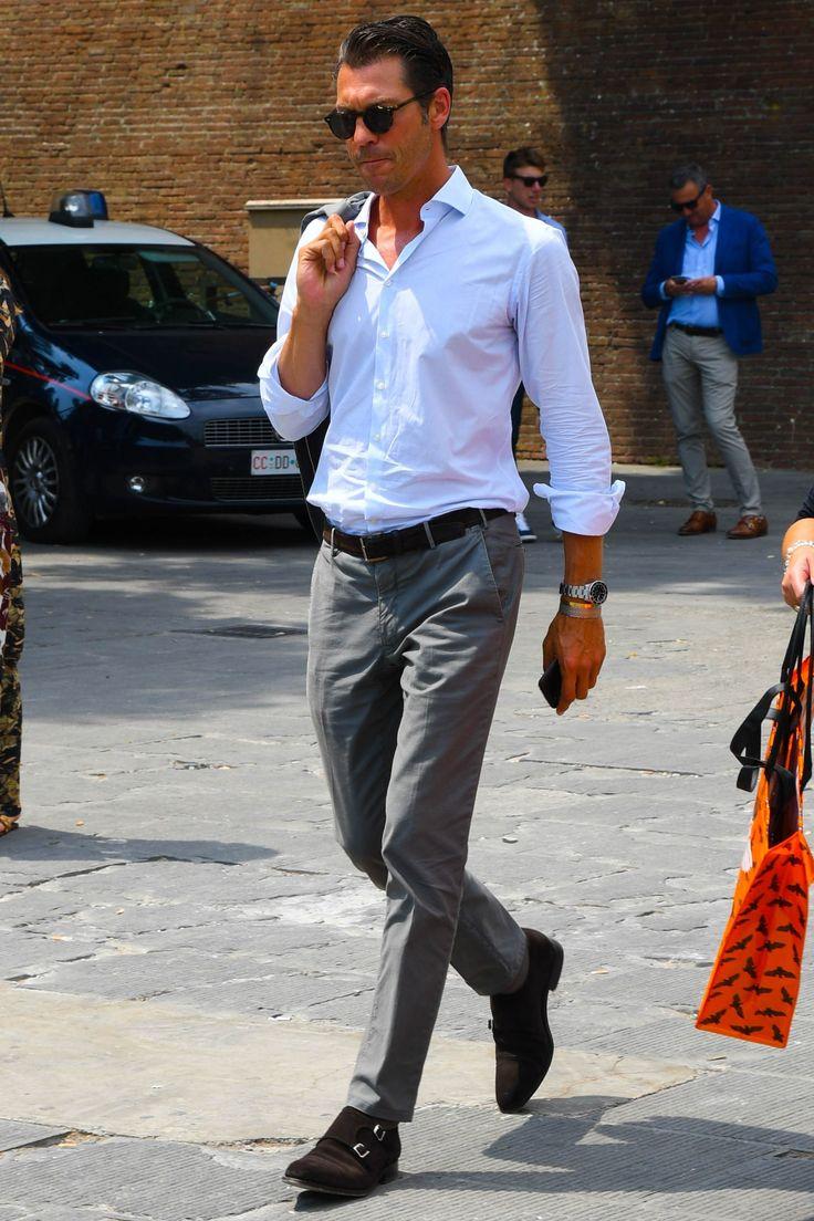 ドレスシューズといえば、最もフォーマルな内羽根ストレートチップに始まり、カジュアルあるいはスポーティーな外羽根ウィングチップやローファーまで幅広いラインナップが存在する。そんな中、近年人気上昇著しいダブルモンクストラップシューズは、ビジネススーツスタイルからオフカジュアルにおけるジーンズスタイルまで汎用的に活用できる千両役者的な立ち位置が魅力だ。今回はダブルモンクストラップシューズにフォーカスして注目の着こなしやアイテム、選び方などを紹介! ダブルモンクストラップシューズとは? ダブルモンクストラップシューズ(ダブルモンクシューズ)とは、その名前のとおりモンクストラップが2本ある革靴のこと。英国のウィンザー公(エドワード8世)がジョン・ロブに注文した靴こそが起源と言われる。シングルモンクシューズに比べて、より華やかな雰囲気が魅力。ストレートチップ型のデザインが基本でクラシックスーツに合わせて通用する唯一の紐なし靴だ。 三陽山長のダブルモンクシューズ「源四郎」 そもそもモンクストラップシューズとは?…