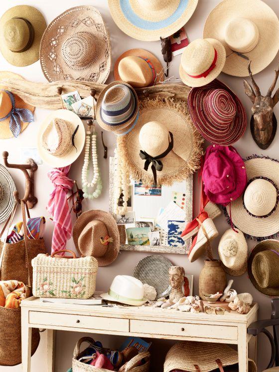 Colgado y adornando a la vez! Bonito mosaico de sombreros. http://www.pingletonhats.com/